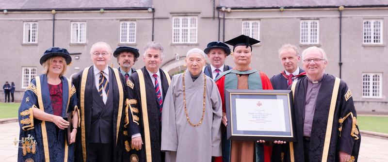 威爾士三一聖大衛大學授予悟道法師榮譽文學博士學位